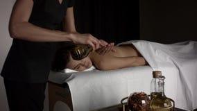 F?rbereda en flicka f?r en massage stock video