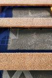 F?rberedelse av taktaket f?r installation av ark av metalltegelplattor med isolering som waterproofing med hj?lpen av filmen, br? royaltyfri fotografi