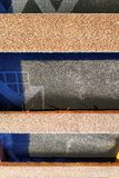 F?rberedelse av taktaket f?r installation av ark av metalltegelplattor med isolering som waterproofing med hj?lpen av filmen, br? arkivfoton