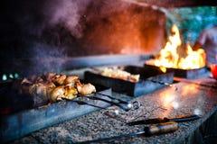 f?rbereder saftig meat f?r brand skivor arkivbild