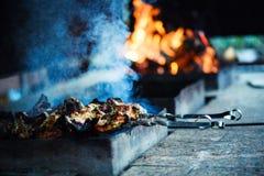 f?rbereder saftig meat f?r brand skivor arkivfoton