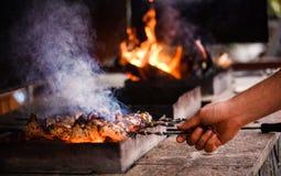 f?rbereder saftig meat f?r brand skivor arkivfoto