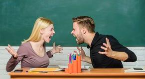 F?rbindelseklasskompisar Studenter meddelar svart tavlabakgrund f?r klassrumet V?ld och pennalism Kommunikation between arkivbilder
