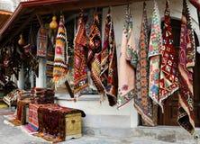 F?rbluffa det traditionella turkiska mattlagret i basar Cappadocia marknad f?r turister royaltyfri fotografi