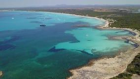 F?rbluffa flyg- landskap f?r surr av det charmiga omr?det av Es Trencs och fartygen med ett turkoshav spain lager videofilmer