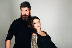 f?rbunden mode f?rbunden f?r?lskelse brutal skäggig man och kvinna med tatueringen Fris?r och frisersalong Tatueringsalong manlig arkivbild