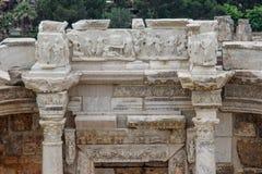 F?rd?rvar av den forntida forntida staden av Hierapolis med kolonner, portar och gravar i Pamukalle royaltyfri fotografi