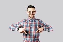 F?rdig ung man som poserar ?ver gr? bakgrund royaltyfria bilder