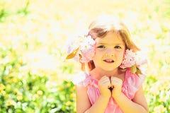 F?rdigt koppla av framsida och skincare allergiblommor till Sommarflickamode lycklig barndom V?r V?der royaltyfri bild