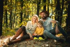 F?renat med naturen Familjdagbegrepp Lycklig familj med ungepojken som kopplar av, medan fotvandra i den sunda skogkorgpicknicken royaltyfria foton