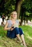 F?renat med naturen Sommartidbegrepp Ta avbrottet och koppla av Enkel lycka t?tare natur till Inspirera för natur arkivfoto