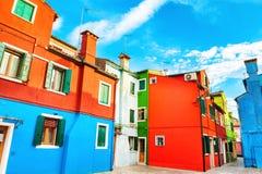 F?rgrik arkitektur p? Burano, Venedig, Italien royaltyfri fotografi