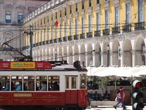 F?rgrik ber?md sp?rvagn i Lissabon i Portugal arkivfoton