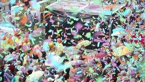 F?rgrik konfetti flyger p? folkmassor av folk arkivfilmer