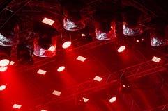 F?rgrik konsertbelysning Str?lar av ljus fr?n konsertbelysning p? en m?rk bakgrund ovanf?r projektorsk?rmen royaltyfri fotografi