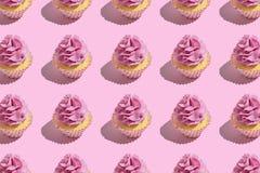 F?rgrik muffinmodell p? pastellf?rgad rosa bakgrund Id?rikt minsta partibegrepp royaltyfri fotografi