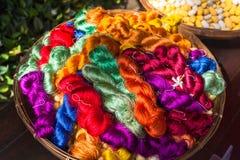 F?rgrik silk tr?d Thailändsk siden- tillverkning arkivfoto