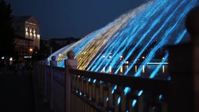 F?rgrik springbrunn f?r natt med ljus effekt i semesterortstaden Ternopil Ukraina arkivfilmer
