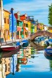 F?rgrika hus p? kanalen i den Burano ?n, Venedig, Italien royaltyfria foton