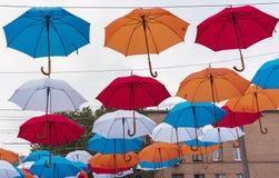 F?rgrika paraplyer i himlen Gatagarneringar från mångfärgade paraplyer arkivbild