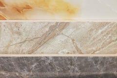 F?rgrika pr?vkopior av marmorerar, och keramiska tegelplattor som in visas, shoppar arkivfoto