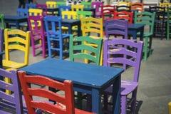 F?rgrika stolar och tabeller royaltyfria foton