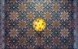 F?rgrikt tr?utsmyckat tak med blom- och geometriska modeller p? den historiska Manial slotten av prinsen Mohammed Ali, Kairo, Egy arkivfoton