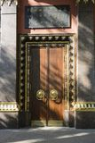 F?rgylla och monumentalt tr?d ing?ng portar, d?rrar till en buddistisk tempel begreppet av p?litligt skydd arkivbilder