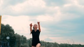 F?rias de ver?o, esporte e conceito dos povos - jovem mulher com a bola que joga o voleibol na praia video estoque