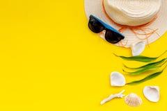 F?rias planejando ao beira-mar com chap?u de palha, vidros de sol, escudos no espa?o amarelo da opini?o superior do fundo para o  imagem de stock royalty free