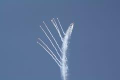 F-16 rischioso di manovra. immagini stock