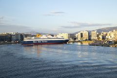 F?rjan ankommer i den Piraeus hamnen, Aten, Grekland - Maj 2014 royaltyfria bilder