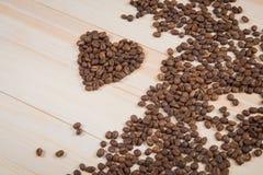 Fôrma do coração feita dos feijões de café Fotografia de Stock Royalty Free