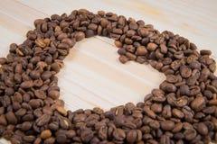 Fôrma do coração feita dos feijões de café Fotos de Stock