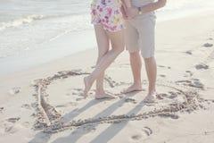 fôrma do coração tirada na areia Fotos de Stock