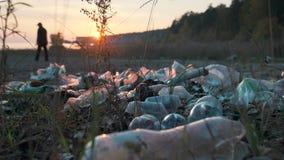 F?rorening av havkusten med plast- avfalls Smutsig kust, plast- flaskor, p?sar och annat avfall p? sanden av arkivfilmer