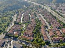 F?rorts- grannskap f?r flyg- sikt med identiska villor bredvid de i dalen San Diego Kalifornien, royaltyfri fotografi