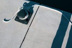 F?rt?ja yachtrepet som binds runt om en dubb fotografering för bildbyråer