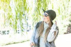 F?rtjusande kvinna i solglas?gon fotografering för bildbyråer