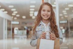F?rtjusande liten flicka p? shoppinggallerian arkivfoto