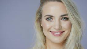 F?rtjust blond kvinna i studio lager videofilmer
