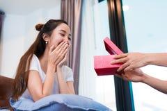 F?rv?nad kvinna, n?r se g?vaasken p? special dag Vänner och bröllopsresabegrepp Lycka- och valentindagtema arkivfoton