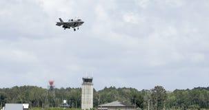 F-35 som svävar över landningsbanan Fotografering för Bildbyråer