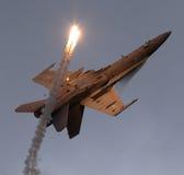 F-18 sopra appoggiano con i chiarori Immagine Stock