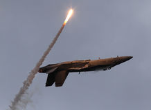 F-18 soutiennent dessus avec la fusée Photographie stock libre de droits