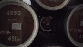 F?sser Kognak, Wein oder Whisky Auszug des Weinbrands in den Eichenf?ssern Alkohollager Hunderte von den F?ssern in stock video footage