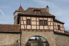 F?steporten i den medeltida deren Tauber, en f?r stadRothenburg ob av de mest h?rliga och mest romantiska byarna i Europa arkivfoto