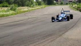 F1 tävlings- bil som att närma sig, chaufför som tar extremt skarp vänd lager videofilmer