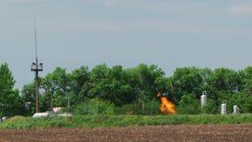 Fût de torche de gaz naturel brûlant dans le puits de pétrole clips vidéos