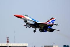 F-16 tar av Royaltyfria Foton